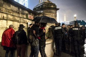 Manifestation contre la loi travail devant l'assemblée nationale raccompagnée par les gendarmes. Un couple prend le temps de s'embrasser.