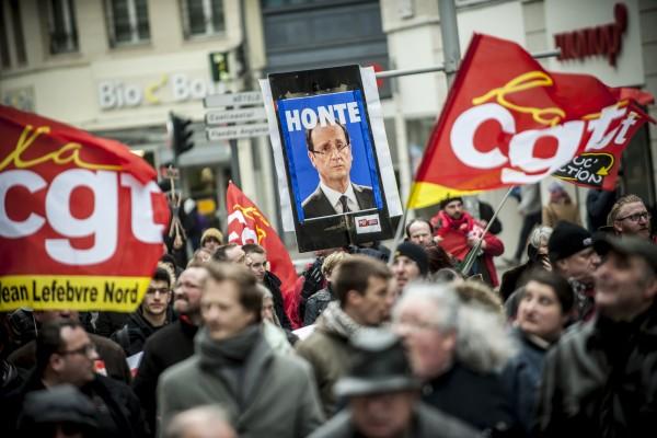 Beaucoup de pancarte contre la politique du gouvernement. François Hollande à sa pancarte Honte.