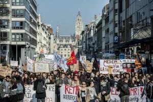 Les lycéens, étudiants et syndicalistes quittent la Grand Place de Lille.