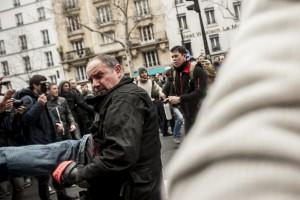 Le police empêche la jonction entre le cortège des lycéens / étudiants avec celui des syndicats. Des arrestations sans ménagement ont lieu.