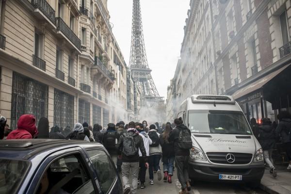 Manifestation sauvage dans les rues de Paris.