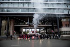 Un rassemblement de militants, étudiants et syndicalistes bloquent une entrée de Lille le 31 mars.