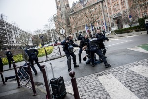 La police violente un manifestant pacifiste le 31 mars 2016 à Lille.