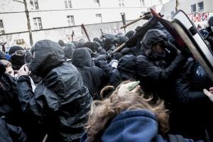 Les manifestants au contact de la police. La police gaze et repousse les manifestants.