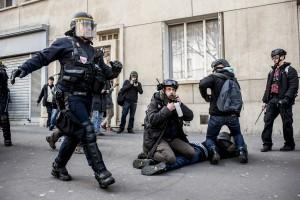 Un manifestant est arrêté et maintenu au sol par la BAC