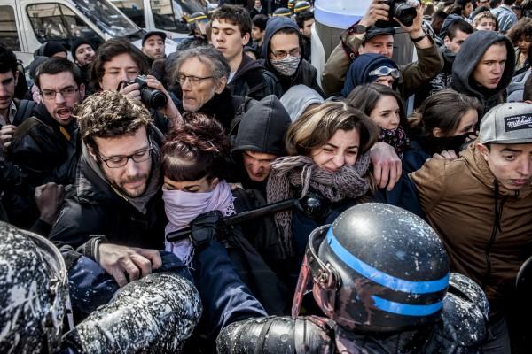 La police repousse les manifestants coincés entre la nasse et des véhicules en stationnement