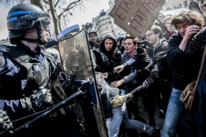 Un manifestant est retenu par ses camarades