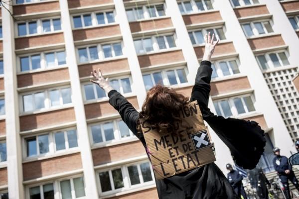 Une action des InterLuttants 59-62 visait à occuper la cité administrative de Lille. Une manifestante appelle ses camarades du pied de la cité.