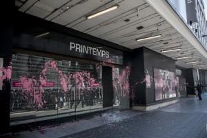 Les vitrines du magasin «Les Printemps» sont recouvertes de peinture rose à l'extincteur.