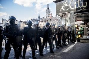 La police bloque l'accès à la Grand Place et le théâtre du Nord alors que la manifestation sauvage arrive.