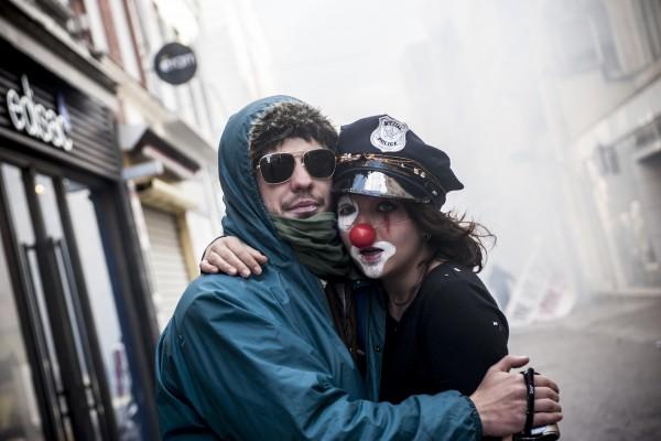 Un couple se réconforte après la dispersion à coups de gaz lacrymogène de la manifestation sauvage. Ce «Clown» aura égayé la manifestation par des lancers de confettis.
