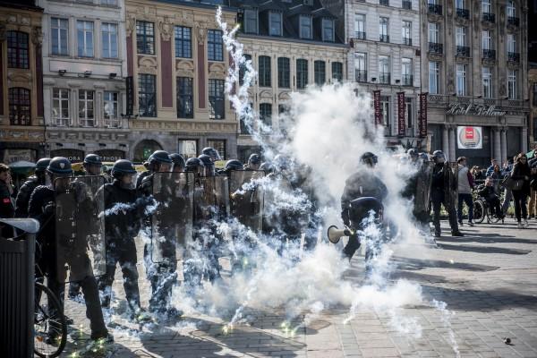 La police bloque l'accès au théâtre du Nord sur la Grand Place de Lille. Un feu d'artifice explose aux pieds des policiers.