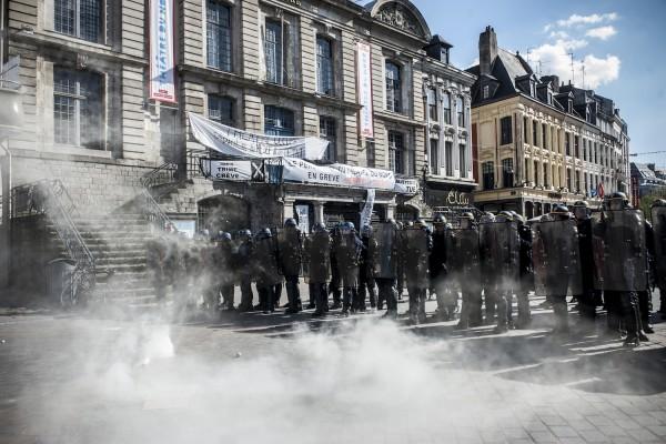 La police bloque l'accès au théâtre du Nord sur la Grand Place de Lille. Quelques fumigènes fument encore.