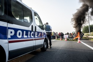 1h plus tard, la police arrive sur les lieux pour constater le blocage. Elle négocie pour que cette action se passe dans le calme.