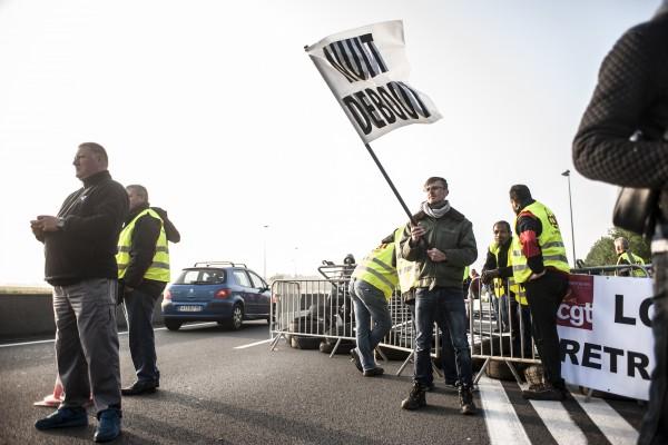 Des manifestants de tous bords et horizons convergent sur cette action. Nuit Debout est également présente.