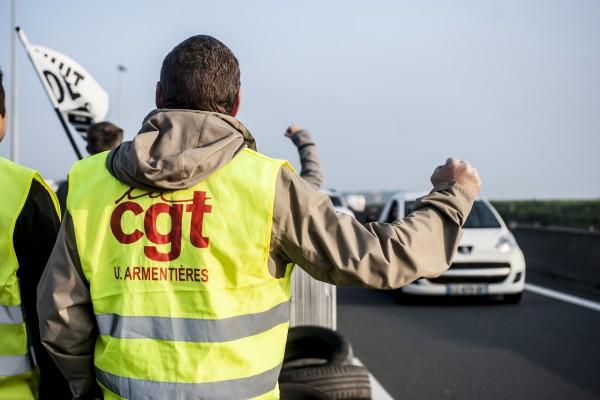 Beaucoup d'automobilistes klaxonnent en soutien aux actions. D'autres vocifèrent des insultes en passant rapidement soulagés d'être «libérés»