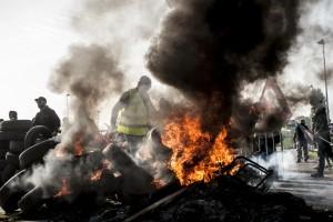 Le feu est alimenté par les pneus de la barricade sur l'action de blocage de l'A25
