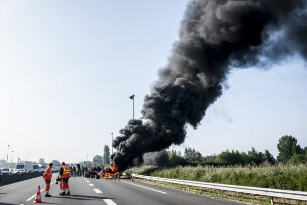 Une fumée de plus en plus épaisse se dégage du feu.