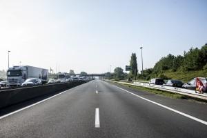 Le police décide de fermer l'autoroute car le brasier grossit de minutes en minutes.