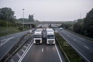 En passant sur le pont, les camions klaxonnent à tout va en soutien.