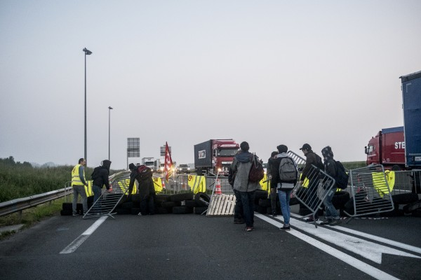 En arrivant sur les lieux, un premier groupe s'était donné rendez-vous ailleurs avec la matériel pour bloquer. Les manifestants apportent de quoi fournir la barricade.