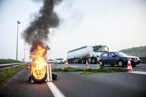 Devant la barricade, quelques pneus brûlent pour marquer l'action.