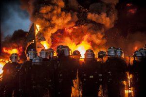 blocage devant le dépôt pétrolier de Douchy-les-Mines. La police arrive très tôt sur le blocage. Les manifestants mettent le feu aux barricades.
