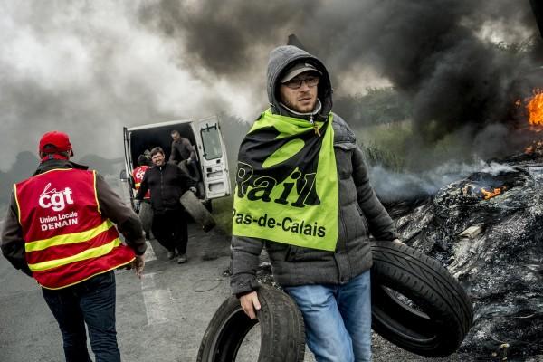 blocage devant le dépôt pétrolier de Douchy-les-Mines. Un syndicaliste de SUD Rail décharge des pneus.