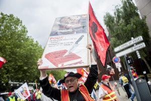 Un manifestant tient un pancarte contre la loi travail et contre François Hollande