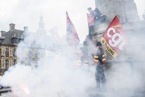 La manifestation fait une pause sur la place Charles de Gaulle. Un fumigène est craqué et recouvre de fumée les manifestants