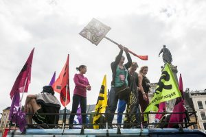 Des manifestantes occupent le toit de la camionnette de SUD. L'une brandit une pancarte «On en a gros»