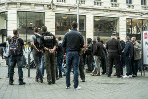 Une pause est faite devant l'Apple Store. La police scrute les manifestants anticapitalistes