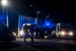 Des renforts arrivent avec un autre canon à eau pour relayer les CRS en action. Tous les soirs, des affrontements ont lieu autour de la jungle. La police utilise des gaz lacrymogènes et des canons à eau pour repousser les réfugiés dans la jungle.