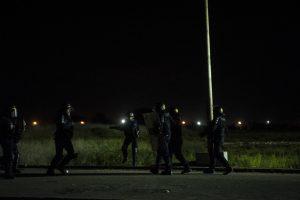 Après une charge, des tirs tendus de grenades lacrymogènes et quelques insultes, les CRS retournent vers l'entrée de la jungle. Tous les soirs, des affrontements ont lieu autour de la jungle. La police utilise des gaz lacrymogènes et des canons à eau pour repousser les réfugiés dans la jungle.