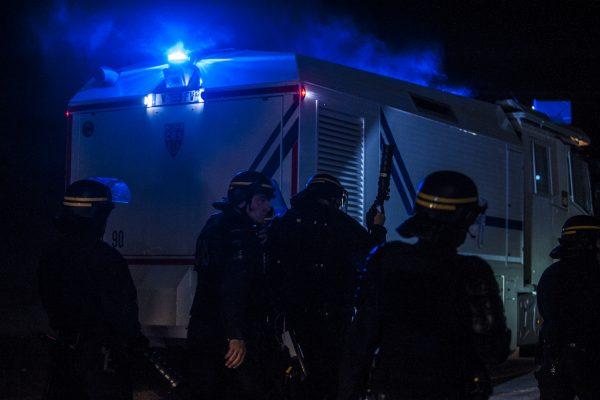 Pour entrer dans la jungle, le canon à eau est escorté par une dizaine de CRS. Tous les soirs, des affrontements ont lieu autour de la jungle. La police utilise des gaz lacrymogènes et des canons à eau pour repousser les réfugiés dans la jungle.