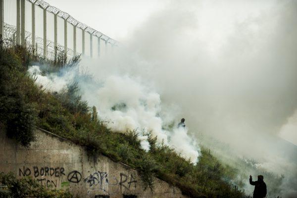 Manifestation en faveur des réfugiés. 1er octobre 2016 – Calais. Les abords de la jungle et de la rocade portuaire sont envahis par des gaz lacrymogène.