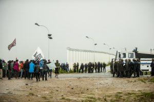 Manifestation en faveur des réfugiés. 1er octobre 2016 – Calais. Face à face de quelques heures aux abords de la rocade et de la jungle.