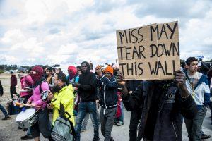 Manifestation en faveur des réfugiés. 1er octobre 2016 – Calais. Les réfugiés et soutiens s'approchent vers l'entrée de la jungle.