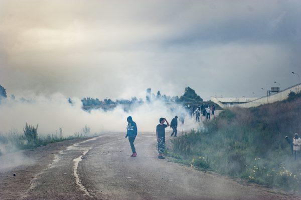 Manifestation en faveur des réfugiés. 1er octobre 2016 – Calais. Les premières chargent de la police sont épaulées par un lancer de grenades lacrymogènes important. Plus de 700 grenades seront lancées lors de cette manifestation.