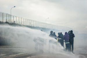 Manifestation en faveur des réfugiés. 1er octobre 2016 – Calais. Les réfugiés reviennent vers l'entrée de la jungle. La canon à eau, les tient à distance.