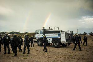 Manifestation en faveur des réfugiés. 1er octobre 2016 – Calais. La police pénètre dans la bande des 100 mètres et repousse les manifestants dans la jungle.