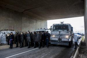 Manifestation en faveur des réfugiés. 1er octobre 2016 – Calais. La police bloque le pont à l'entrée de la jungle. Un canon à eau renforce le dispositif.