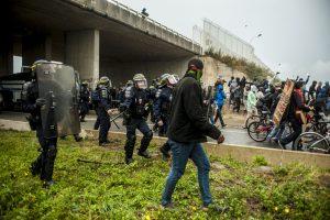 Manifestation en faveur des réfugiés. 1er octobre 2016 – Calais. 1ère charge de la police qui repousse les réfugiés et les soutiens vers la jungle et la bande des 100 mètres.