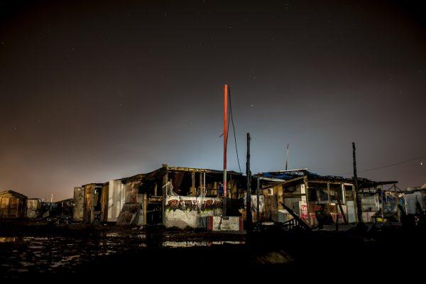 """""""La Jungle de Calais, la vie s'en est allée."""" Série de photos de nuit lors démantèlement de la jungle de Calais."""