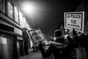 Manifestation en soutien à Théo et contre les violences policières – Lille – 9 février 2017   Un homme tient deux pancartes pour dénoncer la mort d'Adama Traoré et le viol de Théo.