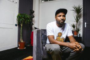 ROUBAIX – 21 OCTOBRE 2017: Portraits réalisés d'ELOM20ce, rappeur africain, venu le 21 octobre 2017 à la Condition Publique à Roubaix pour une masterclass organisée par le Labo des Histoires. Itw vidéo réalisée par l'agence LABO148