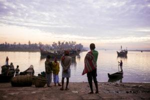 COX'S BAZAR – BANGLADESH – 30 DECEMBRE 2017: Les bateaux rentrent de la pêche très tôt le matin vers 6h au FISHERY GATE à quelques kilomètres du centre de Cox's Bazar.