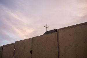 Sur le toit de l'église Erythréenne toujours débout au coeur de la zone sud de la Jungle de Calais rasée en mars 2016. CALAIS Septembre 2016
