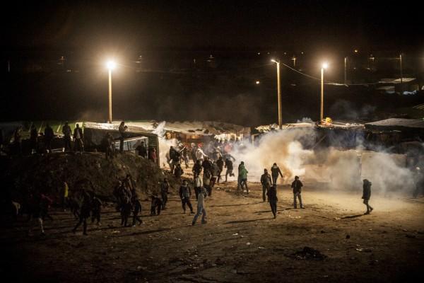 Affrontements avec les CRS après la 1ère journée de démantèlement de la zone sud de la Jungle de Calais