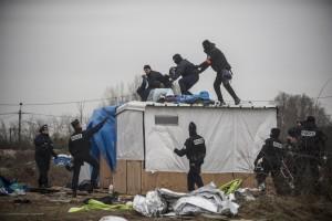 Le 2ème jour du démantèlement de la zone sud de la jungle de Calais, un couple se réfugie sur le toit de leur cabane pour ne pas la quitter. La police les déloge sans ménagement.